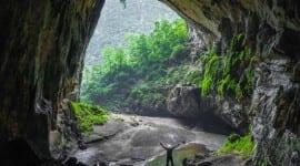 Ποιο σπήλαιο περιέχει τροπικό δάσος, λίμνες, παραλίες και ποτάμι;