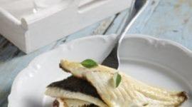 Τσιπούρα φιλέτο πάνω σε ντομάτα, ελαιοπολτό και φέτα